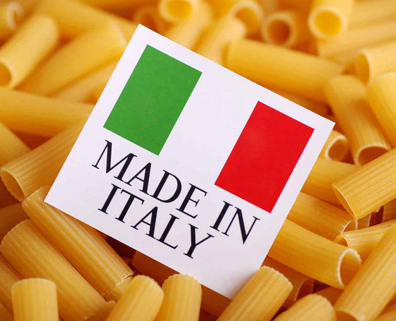 "Piatto con pasa cruda e un cartellino ""made in Italy"""